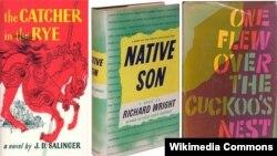 """Tiga judul buku yang termasuk """"buku-buku yang dilarang"""" atau ditentang di perpustakaan dan sekolah-sekolah tertentu di Amerika. (Foto: ilustrasi)."""