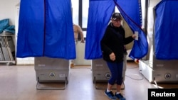 Seorang pemilih keluar dari bilik suara saat pemilihan presiden AS 2016 di Philadelphia, Pennsylvania, 8 November 2016.