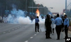 警察在伊斯兰堡对示威者发射催泪瓦斯,以阻止他们向议会大厦进发(2016年3月27日)
