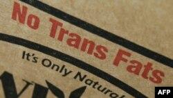 미국 뉴욕의 한 식료품점에 진열된 식용유 포장에 '트랜스 지방' 들어있지 않다는 문구가 쓰여 있다.