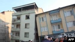 Çevre ve Orman Bakanı Veysel Eroğlu, Simav'da depremde hasar gören binalarla ilgili açıklama yaptı. (Selma Kocabas/Anadolu Ajansı)