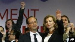 法國社會黨的奧朗德在星期日贏得總統選舉﹐成為新任法國總統後與妻子和支持者慶祝。