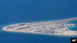 Các cấu trúc và đường băng do TQ xây trên đảo nhân tạo ở đá Subi, quần đảo Trường Sa, nhìn từ máy bay vận tải C-130 của Lực lượng Vũ trang Philippines hôm 21/4.