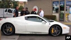 به گفته پلیس، سارق، ماشین ۳۰۰ هزار دلاری را داغان کرده است.