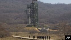 Un grupo de periodistas regresa de la visita a la plataforma de lanzamiento del cohete Unha en Corea del Norte.