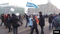 2012年2月莫斯科大規模反普京示威中,示威者手舉臉書旗幟。