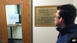 Una persona que se negó a revelar su nombre llegó hasta el consulado ruso en Seattle y se dio con la sorpresa que está cerrado y lee un letrero en el que indican que no están recibiendo solicitudes para obtener pasaportes nuevos.
