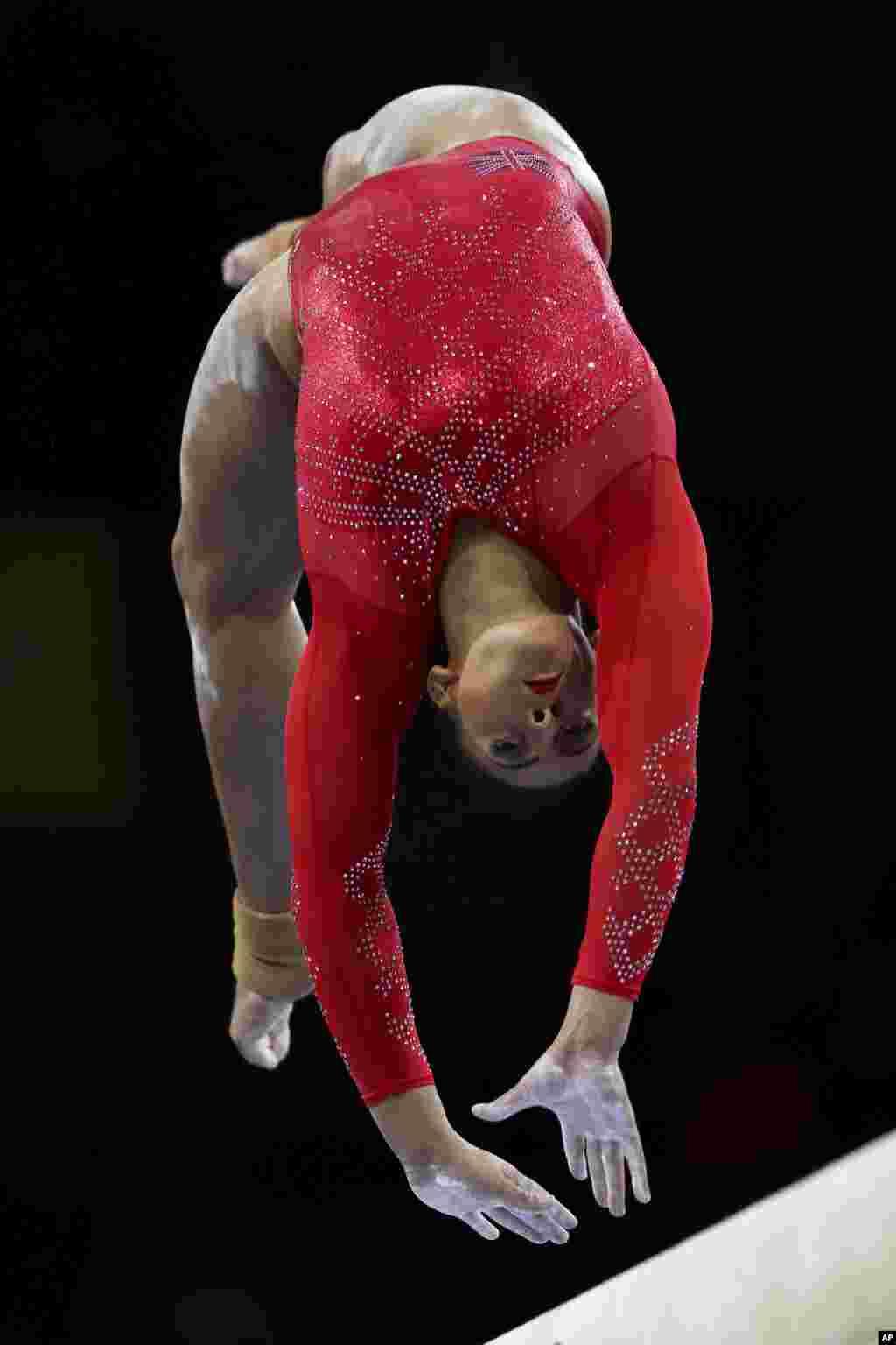 اجرای الیسا داونی، ژیمناست بریتانیایی در مسابقات جهانی ژیمناستیک در آلمان