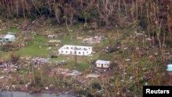 Ảnh chụp từ trên không một ngôi làng Fiji bị tàn phá sau trận bão Winston.