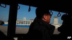 버스 창 밖으로 북한 평양 공항이 보인다. (자료사진)