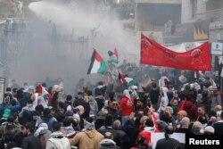黎巴嫩安全部队在贝鲁特使用水炮驱散在美国大使馆外抗议的示威者。(2017年12月10日)