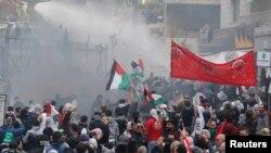 黎巴嫩安全部队在贝鲁特使用水炮驱散在美国大使馆外抗议的示威者。 (2017年12月10日)