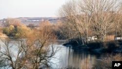 Sungai Evros dilihat dari dekat kota Didymoteicho, perbatasan Yunani-Turki, 4 Desember 2016. (Foto: dok).