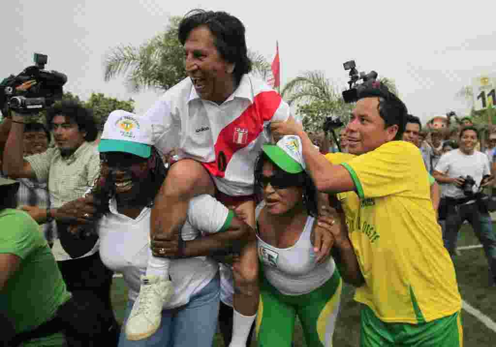 El ex presidente del Perú Alejandro Toledo, uno de los candidatos en campaña, luciendo el uniforme de la selección de fútbol nacional.