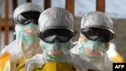 Nhân viên y tế mặc quần áo bảo hộ tại bệnh viện Elwa ở Monrovia, ngày 30/8/2014. Tổ chức từ thiện Y Sĩ Không Biên Giới cho biết thủ đô Monrovia của Liberia là nơi bị hoành hành dữ dội.