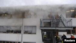 Petugas pemadam kebakaran Jerman berusaha memadamkan api di tempat kursus bagi penyandang cacat di Titisee-Neustadt, Black Forest, Jerman (26/11).