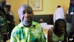 Laurent Gbagbo e sua esposa Simone sentados num quarto do Hotel du Golf em Abidjan