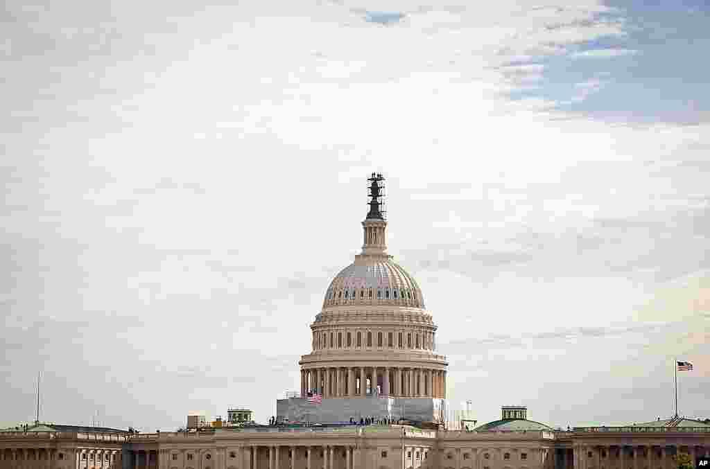 Dân chúng từ giàn giáo nơi Quốc Hội ở thủ đô Washington đứng xem phi thuyền Discovery bay qua ngày 17 tháng Tư năm 2012 (Hinh: A.Klein - VOA)