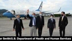 美國衛生部長阿扎爾(左二)抵達台北松山機場(2020年8月9日)