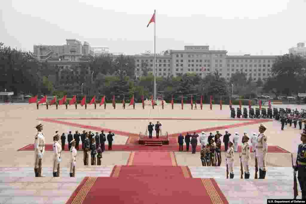 2017年8月15日,中国军方在北京八一大楼的大院里欢迎美军参谋长联席会议主席邓福德。
