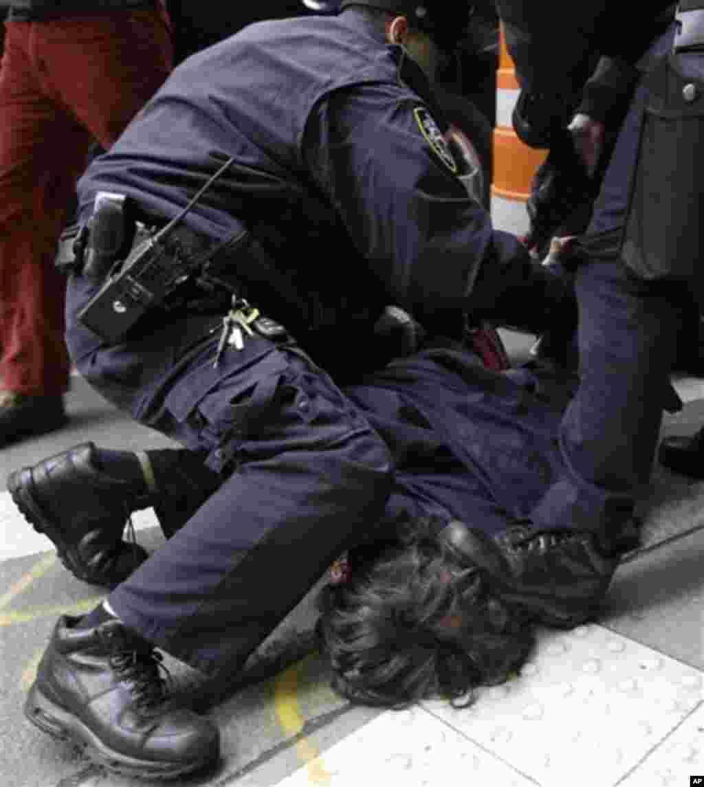 Полицијата апси еден од демонстратите. (AP Photo/Mary Altaffer)