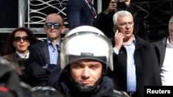 ARHIVA - Optuženi lider opozicije Milan Knežević i Andrija Mandić ispred parlamenta u Podgorici, 15. februar 2017.