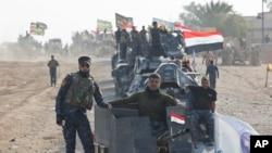 지난 29일 이라크 모술에서 남쪽으로 30킬로 떨어진 슈라 마을에서 이라크 연방경찰 병력이 ISIL을 겨냥한 미군 주도 연합군의 공습을 지켜보고 있다. (자료사진)