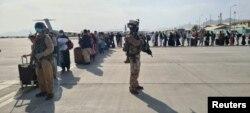کابل ایئرپورٹ پر طیارے میں سوار ہونے کے لیے لوگ قطار میں کھڑے ہیں۔ 21 اگست 2021
