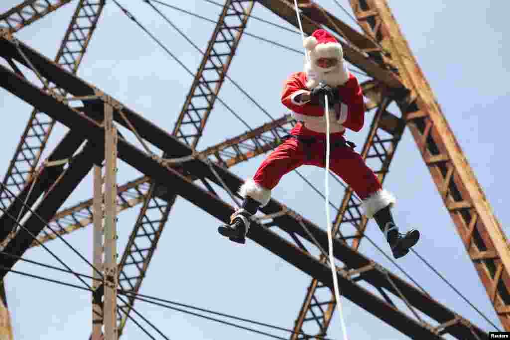 Un pompier Guatemalan déguisé en Père Noël sur le pont de la ville de Guatemala, 21 décembre 2014.