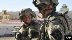 Архив: штаб-сержант Роберт Бэйлс (слева)