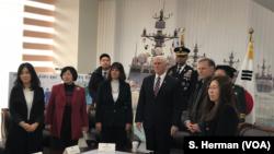 美國副總統彭斯在平澤參觀南韓天安號軍艦紀念館時會見了脫北人士。