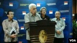 Menteri Koordinasi bidang Perekonomian Hatta Rajasa berbicara dengan wartawan usai rapat koordinasi masalah pangan di Jakarta. (VOA/Iris Gera)
