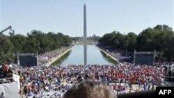 """Các nhà hoạt động qui tụ tại Ðài tưởng niệm Tổng thống Abraham Lincoln để tham gia cuộc tập họp """"Một quốc gia cùng nhau làm việc"""""""