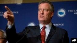 El alcalde de Nueva York, Bill De Blasio ha prometido resguardar las identidades de los portadores de la tarjeta de identificación que la Ciudad otorgó el año pasado a migrantes indocumentados.