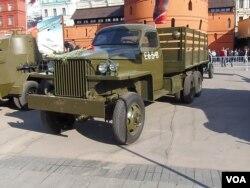 俄罗斯不忘与美国当年并肩抵抗纳粹。2015年5月9日二战胜利活动中,在莫斯科红场附近展出的美国当年援助苏联的卡车。
