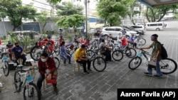 Para pemenang hadiah sepeda dari Yayasan Benjamin Canlas Courage to be Kind di Manila, Filipina (foto: dok).
