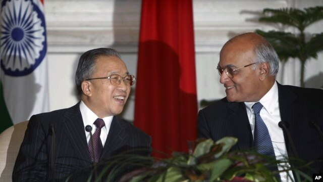 Cố vấn an ninh quốc gia Ấn Ðộ Shivshankar Menon và đối tác Trung Quốc, ông Ðái Bỉnh Quốc.