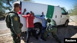 La police des frontières interpelle des migrants qui ont traversé la frontière américano-mexicaine dans le désert près d'Ajo, en Arizona, le 11 septembre 2018.