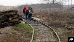 اپنا ملک چھوڑ کر یورپ جانے والے تارکین وطن مغربی سربیا کے ایک دور افتادہ علاقے میں ریل کی پٹری کے ساتھ چل رہے ہیں۔ دسمبر 2017