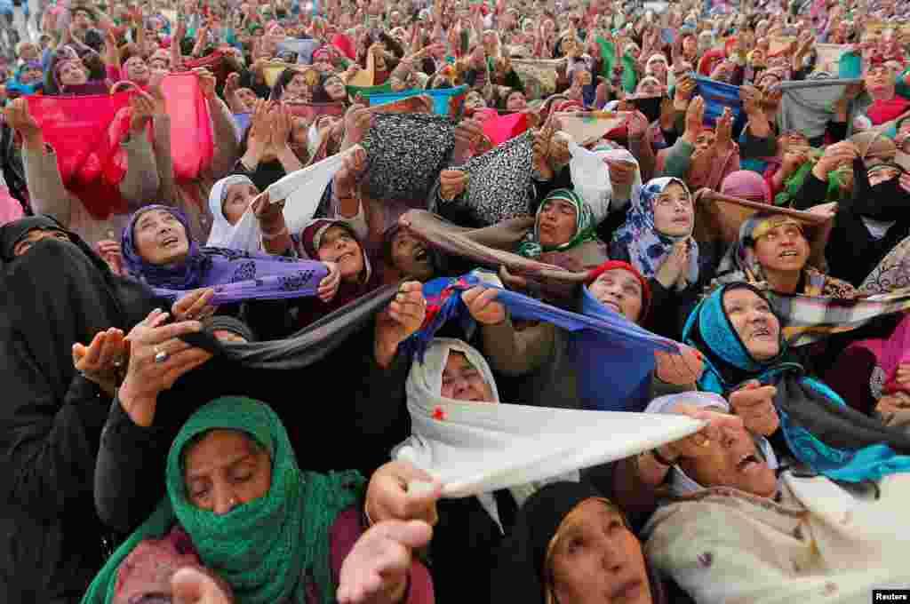 Para perempuan Muslim Kashmir berdoa saat melihat potongan rambut yang dipercaya berasal dari janggut Nabi Muhammad SAW pada perayaan Isra'-Mi'raj di Hazratbal, Srinagar.