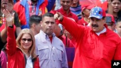 니콜라스 마두로 베네수엘라 대통령과 부인 실리아 플로레스 여사가 지난 2일 베네수엘라 수도 카라카스에서 열린 집회에 참석해 지지자들을 향해 손을 흔들고 있다.