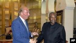 Le président Amadou Toumani Touré (à droite) accueille un dignitaire français à Bamako, le 22 sept. 2010.