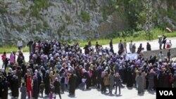 Sekelompok perempuan berdemonstrasi, Minggu (17/4), di Baida menntut pembebasan ratusan warga setempat yang ditangkap secara massal.
