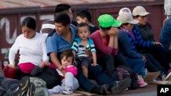 Durante el mes de junio, un promedio de 2000 niños eran capturados, cada semana, al intentar cruzar la frontera, en muchos casos, sin ningún adulto a su lado.