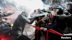 """Сутичка представників """"Національного корпусу"""" з поліцією під час акції протесту 9 березня 2019 року"""