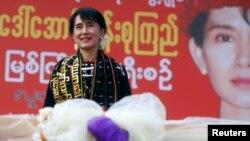آنگ سان سو چی اپنے حامیوں سے خطاب کرتے ہوئے۔