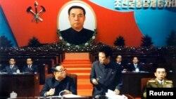 북한 김일성 주석(왼쪽)과 김정일 국방위원장(왼쪽 두번째)이 지난 1980년 10월 평양에서 열린 제6차 노동당 대회에 참가한 모습을 지난 2011년 12월 조선중앙통신이 보도했다. (자료사진)