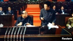 Le dictateur nord-coréen Kim Jong-il (droite), photographie publiée par le regime le 25 décembre 2011.