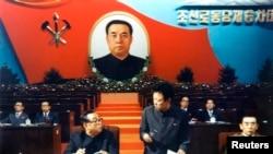 북한 김일성 주석(왼쪽)과 김정일 국방위원장(왼쪽 두번째)이 지난 1980년 10월 평양에서 열린 제6차 노동당 대회에 참가한 모습을 지난 2011년 12월 조선중앙통신이 보도했다.