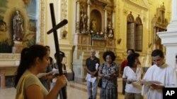Disidentes cubanos ven con escepticismo que el viaje abra nuevas puertas a la democracia.